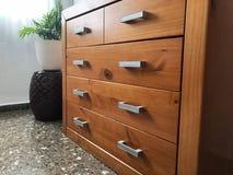 Деревянный шкаф ТВ при увиденный металл стоковые фото