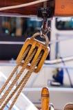 Деревянный шкив с веревочками - старый парусник Стоковое Изображение RF