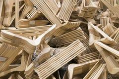 Деревянный штабелировать пакета вешалки ткани стоковые изображения