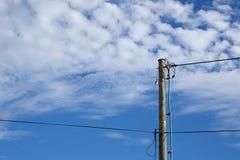 Деревянный электрический поляк стоковые изображения