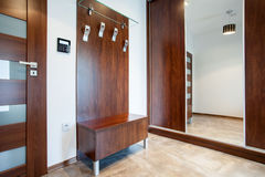Деревянный anteroom в современной квартире стоковые изображения rf