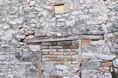 Деревянный architrave огороженной двери кирпича стоковая фотография