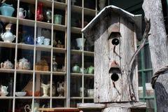 Деревянный birdhouse вне антикварного магазина Стоковые Изображения RF