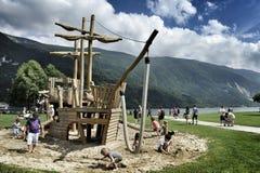 деревянный carousel для детей в форме парусного судна фото было принято в Molveno, Италию, Lago di Molveno Стоковая Фотография