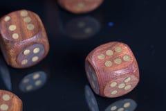 Деревянный dices на черной отражательной предпосылке Стоковая Фотография
