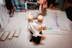 Деревянный figurine человека в белой рубашке стоковые фотографии rf