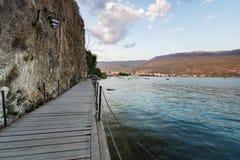 Деревянный gangplank над озером Ohrid стоковая фотография rf