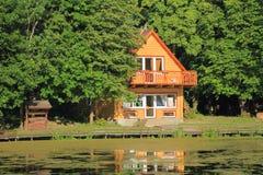 Деревянный 2-storeyed дом с хорошо внутри древесина Стоковая Фотография