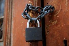 Деревянным дверь слезли коричневым цветом, который для предпосылки Padlock при запрещенная цепь входу Закройте вверх, деталь Стоковая Фотография RF
