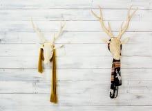 2 деревянных головы оленей с теплыми шарфами на стене Скандинавское оформление стиля Стоковое Изображение RF