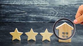 3 деревянных звезды и дом Гостиница или ресторан 3 звезд Обзор критика Гарантированное качество обслуживания и уровень обслуживан стоковые изображения