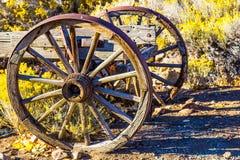 2 деревянных колеса телеги на восходе солнца Стоковое фото RF