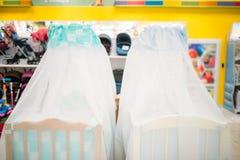 2 деревянных кроватки младенца в магазине, никто стоковое фото rf