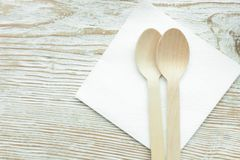 2 деревянных ложки лежа на салфетке в кафе на деревянном столе Стоковые Фотографии RF