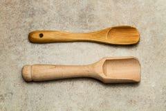 2 деревянных ложки на мраморной таблице Стоковое Изображение RF