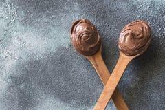 2 деревянных ложки сливк шоколада Стоковое Фото