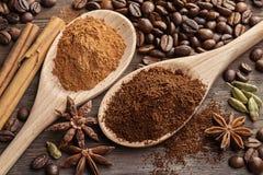 2 деревянных ложки с земным кофе и земным циннамоном Стоковое фото RF