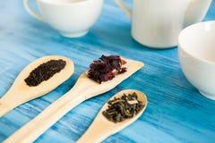3 деревянных ложки с листьями чая Стоковые Изображения RF