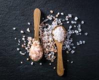 2 деревянных ложки с розовые гималайским и белый kithchen соль Стоковые Фото