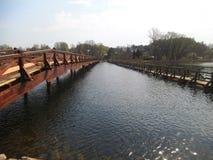 2 деревянных моста черного, красный цвет над озером в Литве стоковое фото rf