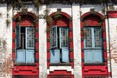 3 деревянных окна в старой каменной стене в Янгоне, Мьянме, Бирме Стоковое Фото