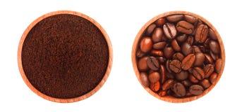 2 деревянных плиты с земным кофе и кофейными зернами, на белой предпосылке Стоковая Фотография RF