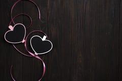 2 деревянных сердца на деревянной предпосылке Стоковое Фото