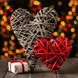 2 деревянных сердца на темной таблице Валентайн дня s скопируйте космос Стоковая Фотография RF