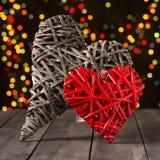 2 деревянных сердца на темной таблице Валентайн дня s скопируйте космос Стоковое Изображение RF