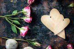 2 деревянных сердца на черной деревенской поверхности Стоковое фото RF
