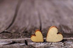 2 деревянных сердца помещенного славно на винтажной деревянной предпосылке Скопируйте космос, концепцию любов стоковые фото