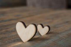 2 деревянных сердца помещенного славно на винтажной предпосылке Стоковое Изображение