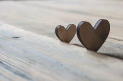 2 деревянных сердца помещенного славно на винтажной предпосылке Стоковое фото RF