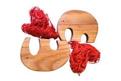2 деревянных слона и 2 декоративных сердца стоковое изображение rf
