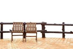 2 деревянных стуль на поле и загородке изолированных на белизне Стоковые Изображения RF