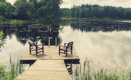 2 деревянных стуль на пристани прудом Стоковое Изображение RF