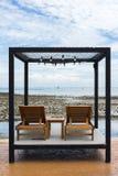 2 деревянных стуль на утесе приставают к берегу в Chonburi, Таиланде Стоковые Фото