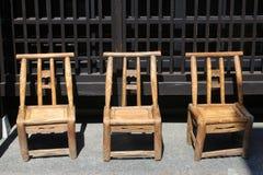 3 деревянных стуль ручной работы патио, Takayama, Япония Стоковая Фотография RF
