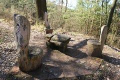 3 деревянных стуль сделанного из ствола дерева и таблицы камня Стоковое Изображение RF