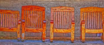 4 деревянных стуль сидя сторона - мимо - бортовой абстрактный цвет Стоковое Фото