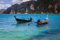 2 деревянных шлюпки в открытом море острова Phi Phi преследуют Стоковые Изображения