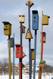 13 деревянных birdhouses установлены в замороженный город Стоковая Фотография