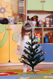 Дерев-летняя девушка играя и уча в preschool Стоковые Фото