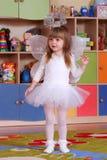 Дерев-летняя девушка играя и уча в preschool Стоковые Изображения