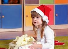 Дерев-летняя девушка играя и уча в preschool Стоковое фото RF