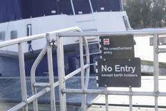Держатели койки только отсутствие знака входа на причаливать Марину стоковые фотографии rf