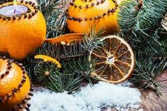 Держатель для свечи высекаенный из апельсина в снеге Стоковое фото RF