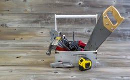 Держатель инструмента заполнил с инструментами разнорабочего на постаретой древесине Стоковая Фотография RF