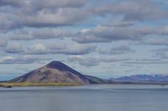 Держатель и озеро Valcano в ландшафте зимы Myvatn стоковые изображения rf