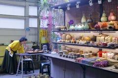 Держатель стойла продавая садовничая поставки как бак и ваза стоковые фотографии rf